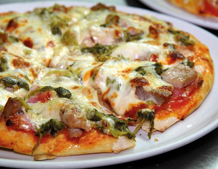 6,90 11,30 17,60 GALIPIZZA DE RAXO E GRELOS Salsa de tomate, queixo de San Simón, raxo, panceta e grelos GALIPIZZA DE RAXO Y GRELOS Salsa de tomate, queso de San Simón, raxo, panceta y grelos GALIPIZZA DE RAXO E GRELOS Tomato sauce, San Simon galician cheese, diced fried pork loin, bacon and young turnip leaves